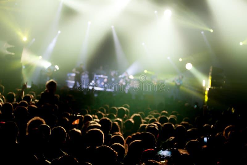 Lumières d'étape sur le concert Projecteur de hall de l'éclairage equipment images libres de droits