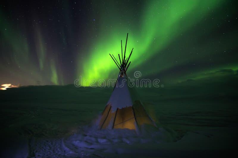 Lumières d'aurora borealis la nuit dans la toundra blanche de neige, Russie, du nord Beau paysage polaire arctique des lignes ver images libres de droits