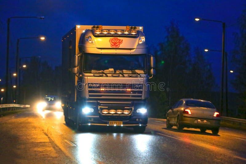 Lumières de camion et de ville de fleur de la DAF XF de nuit photo stock