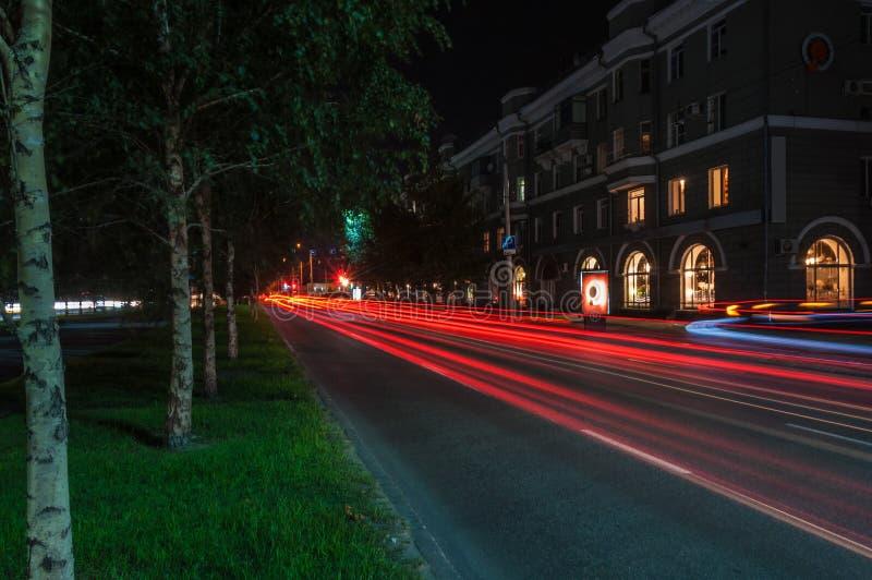 Lumières de circulation urbaine de nuit photo stock