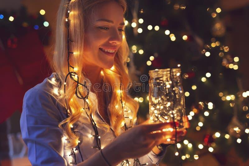 Lumières de femme et de Noël magiques photo stock