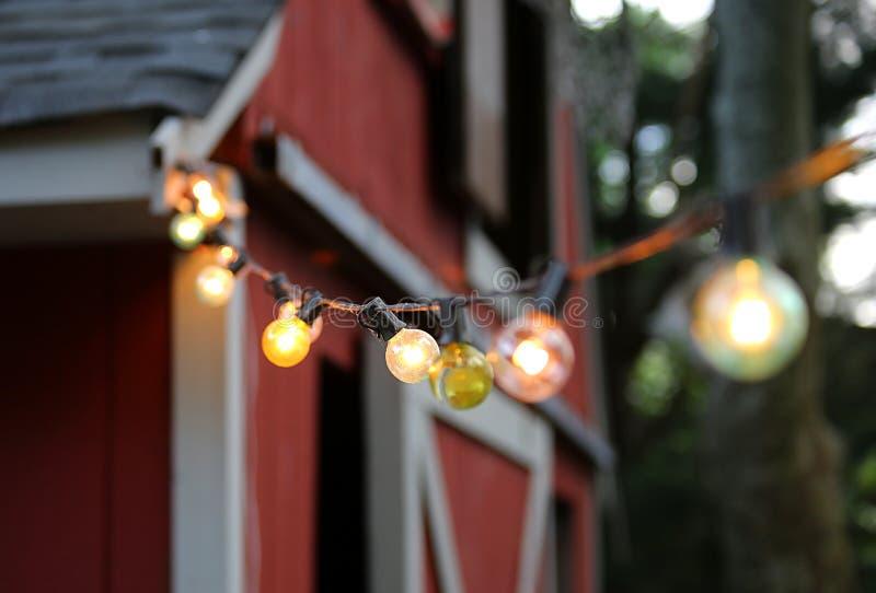 Lumières de ficelle sur une grange photos stock