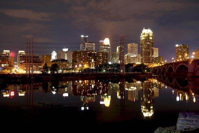 Lumières de Minneapolis du centre la nuit photographie stock libre de droits