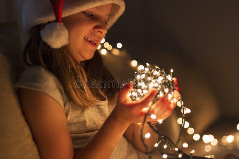 Lumières de Noël d'établissement de petite fille photo stock