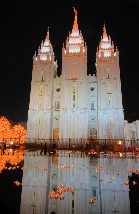 Lumières de Noël et réflexion de temple mormon photos libres de droits