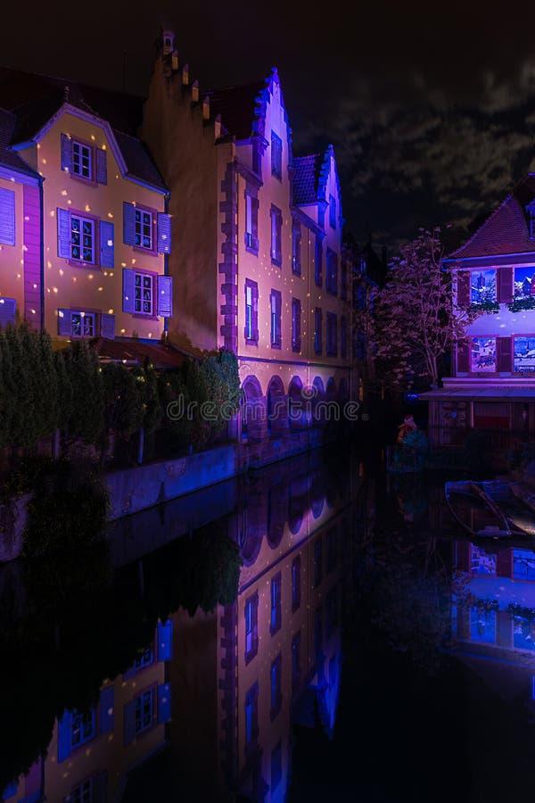 Lumières de Noël pendant la nuit de Colmar photo libre de droits