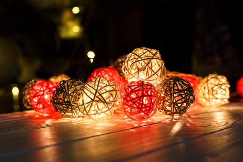 Lumières de Noël sur le fond en bois foncé avec des réflexions Vacances de Noël et de nouvelle année photo stock