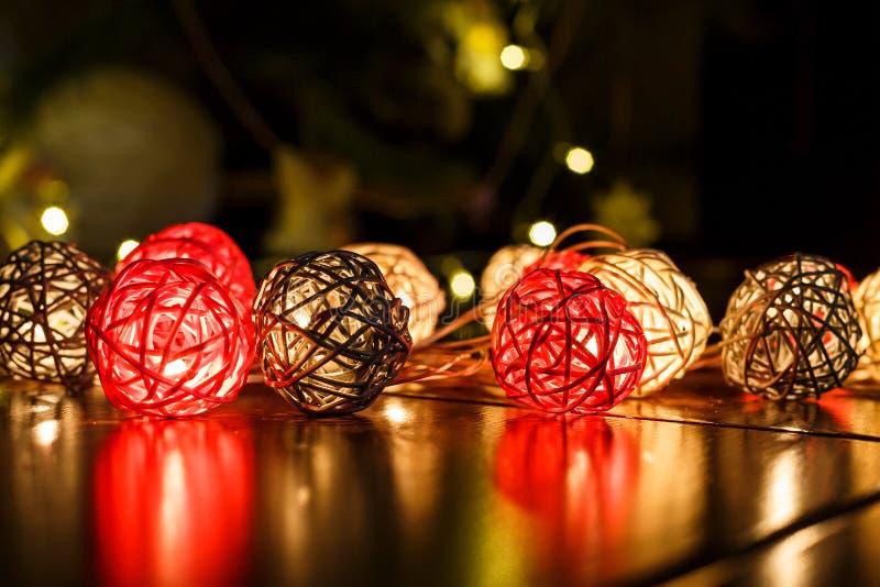 Lumières de Noël sur le fond en bois foncé avec des réflexions Vacances de Noël et de nouvelle année photos libres de droits