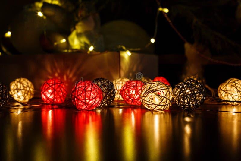 Lumières de Noël sur le fond en bois foncé avec des réflexions Vacances de Noël et de nouvelle année photographie stock