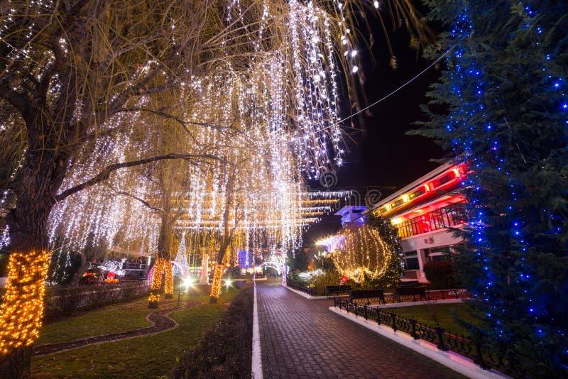 Lumières de Noël de ville pendant la nuit images stock
