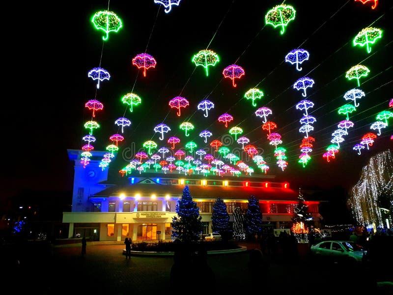 Lumières de Noël de ville pendant la nuit - Otopeni Roumanie image libre de droits