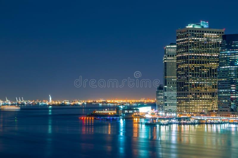 Lumières de nuit de bord de mer de Manhattan photo stock