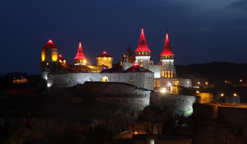 Lumières de nuit de château de Kamianets-Podilskyi image libre de droits