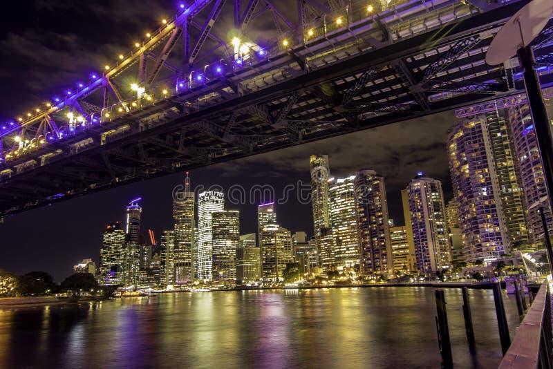 Lumières de nuit de paysage urbain réfléchissant sur la rivière de Brisbane photos libres de droits