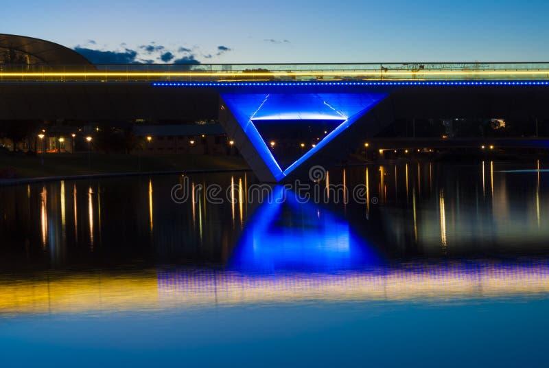 Lumières de nuit sur Adelaide Oval Foot Bridge et le Reflectio photos libres de droits