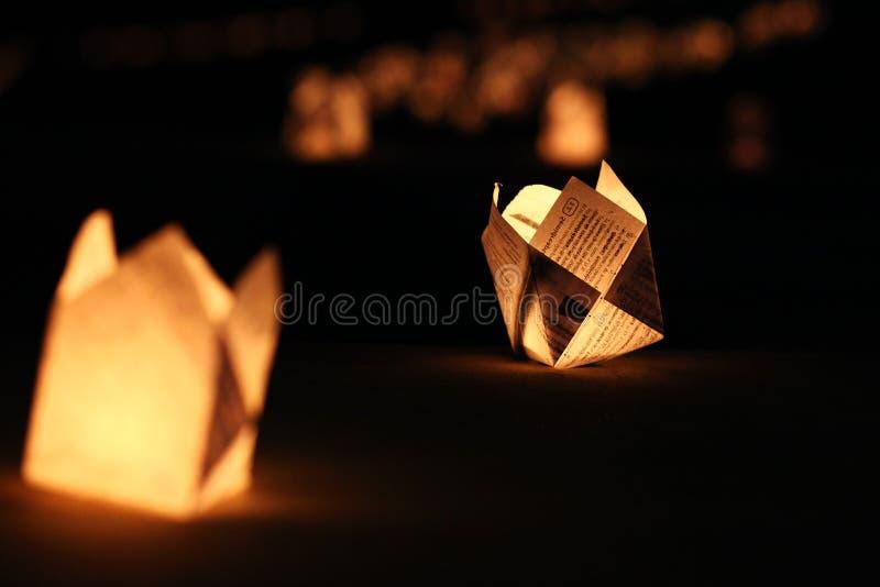 Lumières de papier de bougie accrochant sur la terre photos libres de droits