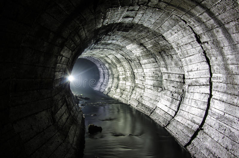 Lumières de rivière souterraine photographie stock libre de droits