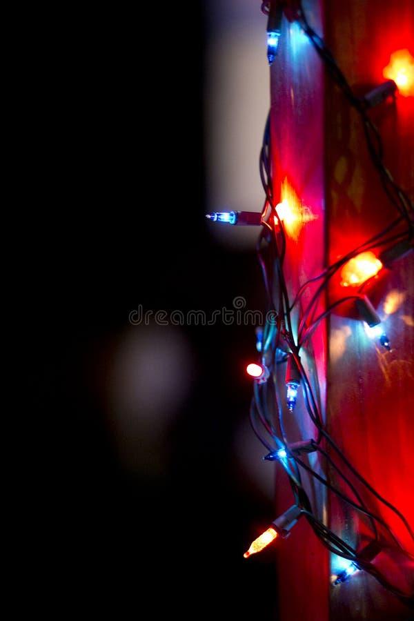 Lumières de scintillement de vacances la nuit images libres de droits