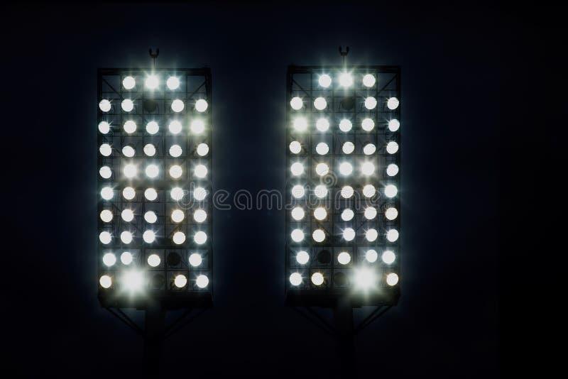 Lumières de stade contre le ciel de nuit foncé photo stock