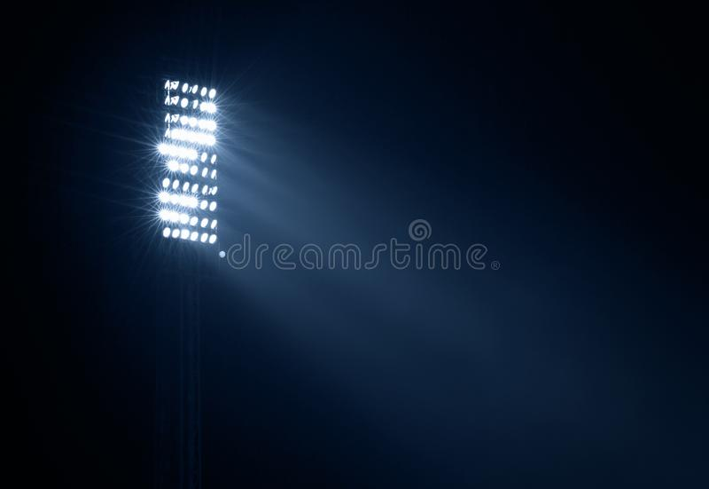 Lumières de stade contre le ciel de nuit foncé photographie stock libre de droits