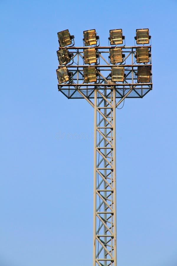 Lumières de stade contre un ciel bleu image stock