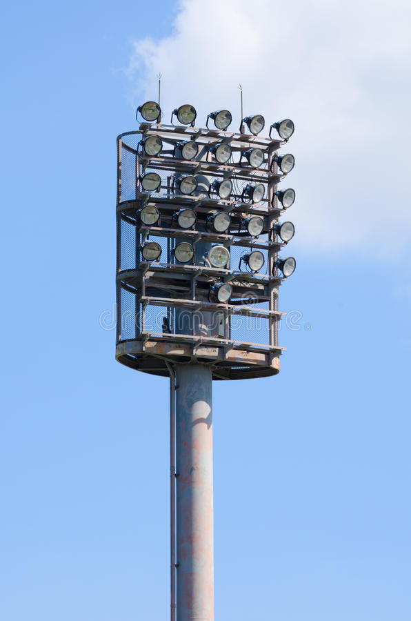 Lumières de stade et ciel bleu photo libre de droits