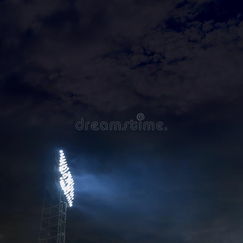 Lumières de stade la nuit photographie stock libre de droits