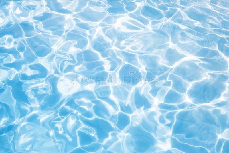 Lumières de Sun dans le fond naturel de l'eau bleue photographie stock