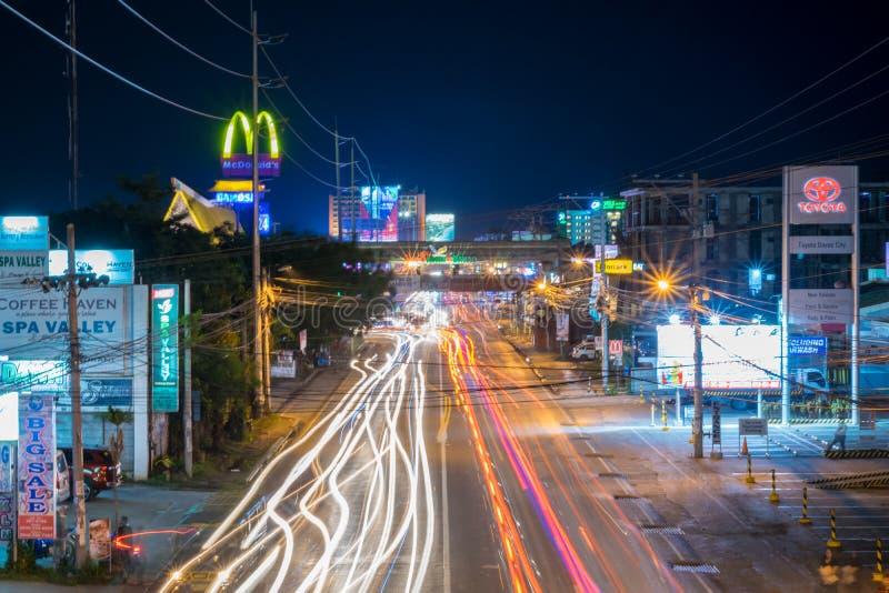 Lumières de traînée dans la ville de Davao image libre de droits