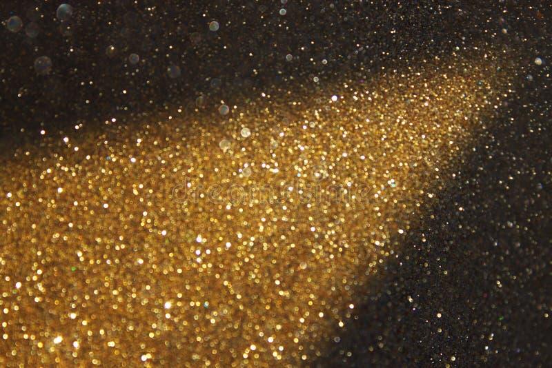 Lumières de traînée de scintillement d'or photographie stock libre de droits
