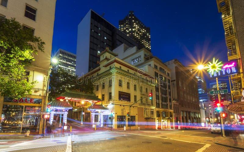 Lumières de traînée de la porte et de la voiture du dragon la nuit, Chinatown, San Francisco, la Californie, Etats-Unis d'Amériqu image libre de droits