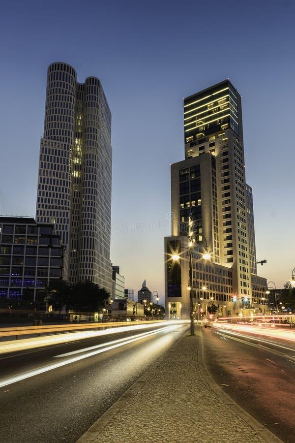 Lumières de ville de soirée et traînées de lumière image stock