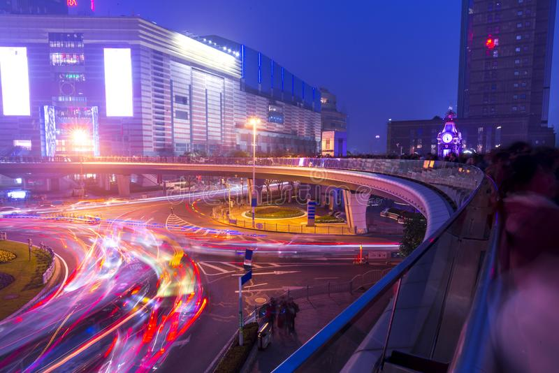 Lumières de ville et feux de signalisation sur nouveau Changhaï moderne d financal photographie stock libre de droits