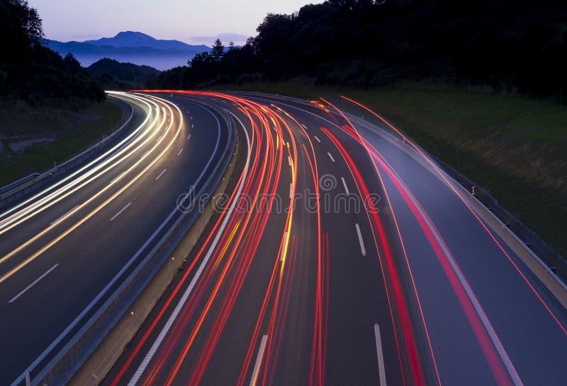 Lumières de voiture voyageant l'autoroute images libres de droits