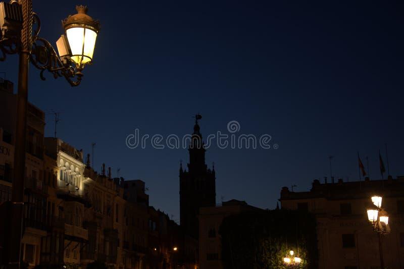 Lumières des palais et la tour de cloche du centre de la ville photos stock