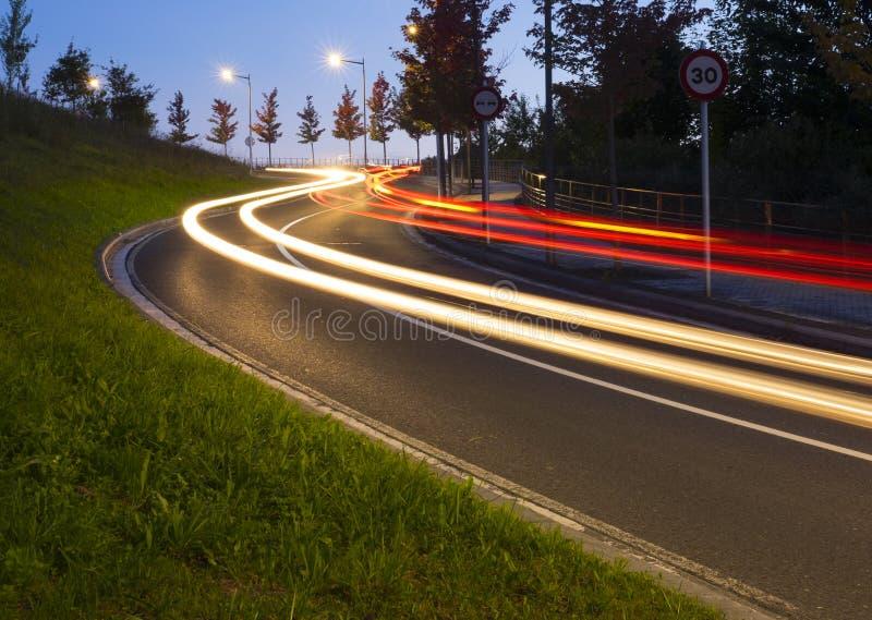 Lumières des voitures sur la route au tunnel photos libres de droits