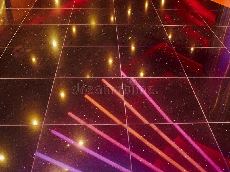 Lumières disco discothèque dans le night-club branché de la danse image stock