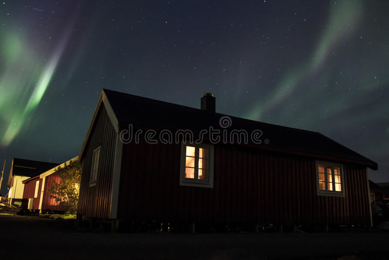 Lumières du nord au-dessus de Hamnoy IV photo stock