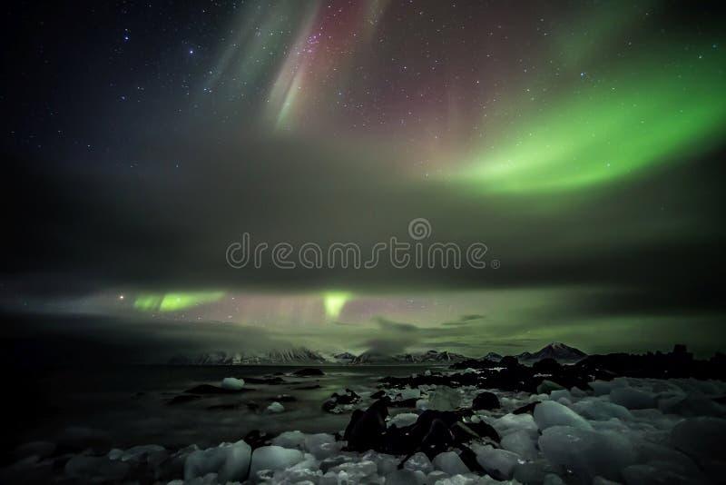 Lumières du nord au-dessus de l'archipel arctique du Svalbard photographie stock