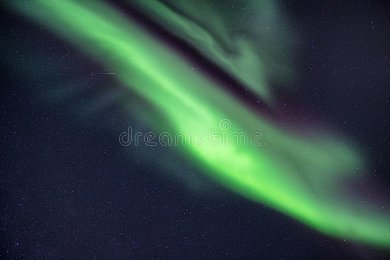Lumières du nord, aurora borealis avec des étoiles dans le ciel nocturne photos stock