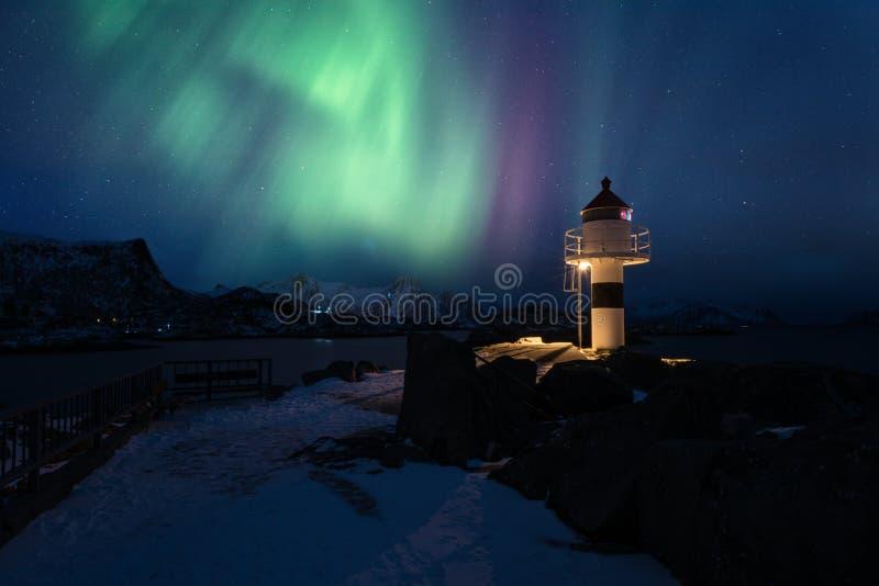 Lumières du nord, aurora borealis dans des îles de Lofoten, Norvège Paysage d'hiver de nuit avec les lumières polaires et le phar image stock