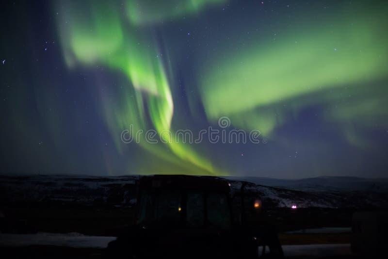 Lumières du nord avec le tracteur photo stock