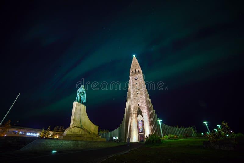 Lumières du nord brillant au-dessus de l'église à Reykjavik photo libre de droits