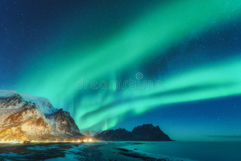 Lumières du nord dans des îles de Lofoten, Norvège Aurora borealis vert image stock