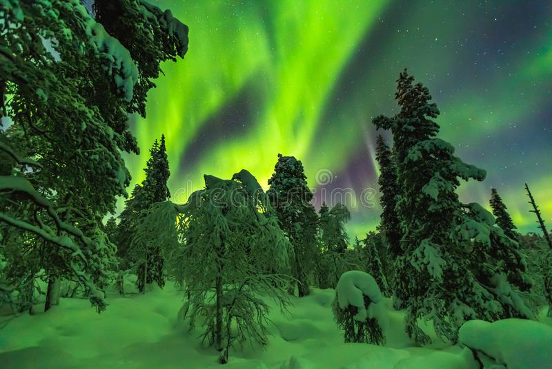 Lumières du nord dans la finition Laponie photographie stock
