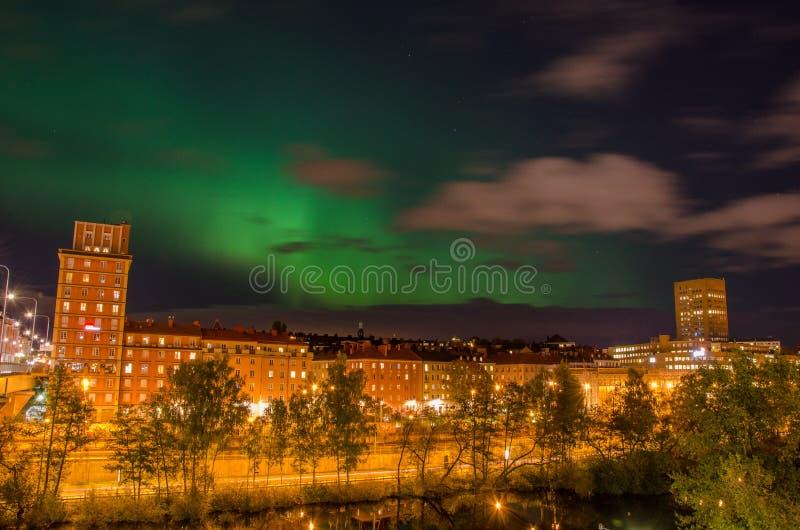 Lumières du nord dans la ville images stock