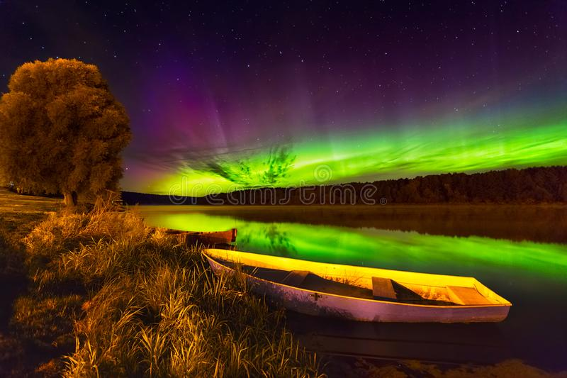 Lumières du nord en Lithuanie photographie stock