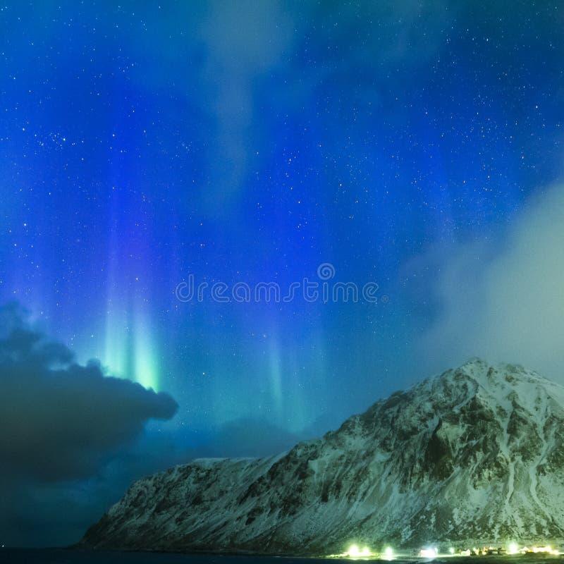 Lumières du nord uniques pittoresques étonnantes Aurora Borealis Over Lofoten Islands dans la partie nord de la Norvège photographie stock libre de droits