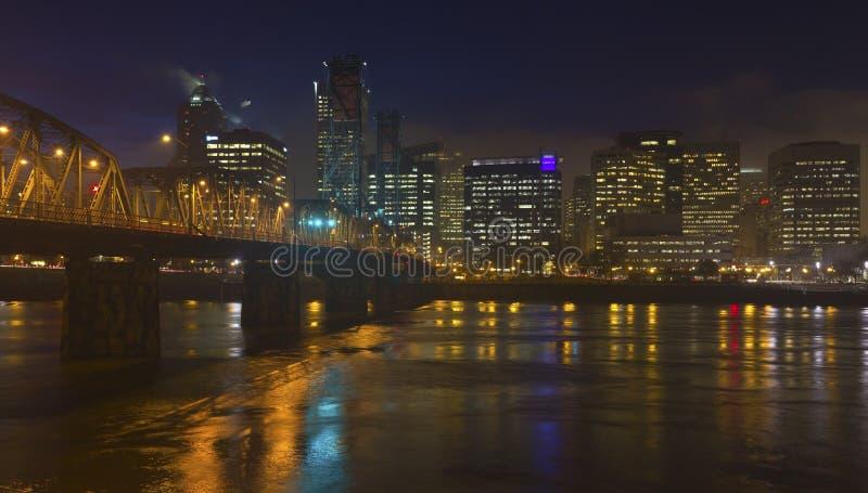 Lumières et brouillard de Portland Orégon en centre ville image stock