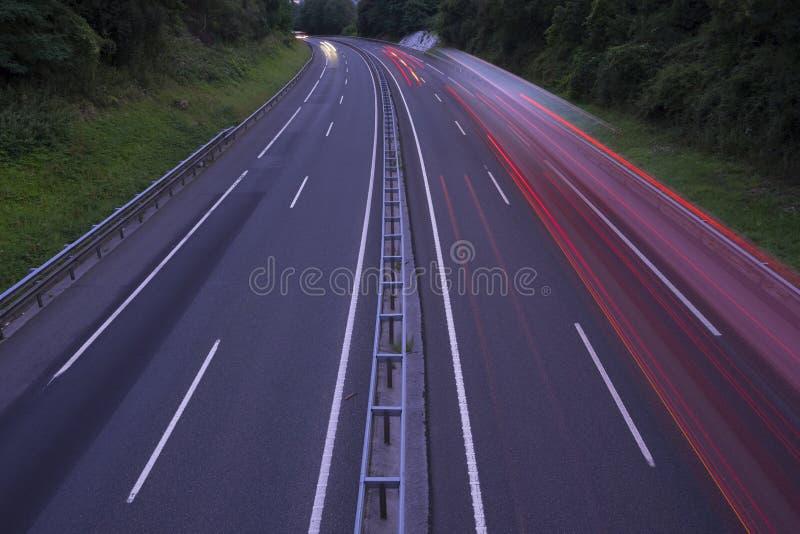 Lumières et camion de voiture sur l'autoroute photo stock
